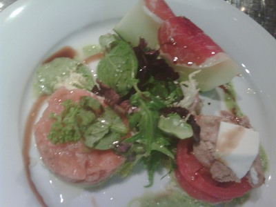 Ensalada de miniaturas de melón con jamón, tartar de salmón, aguacate y tomate con ventresca y queso fresco