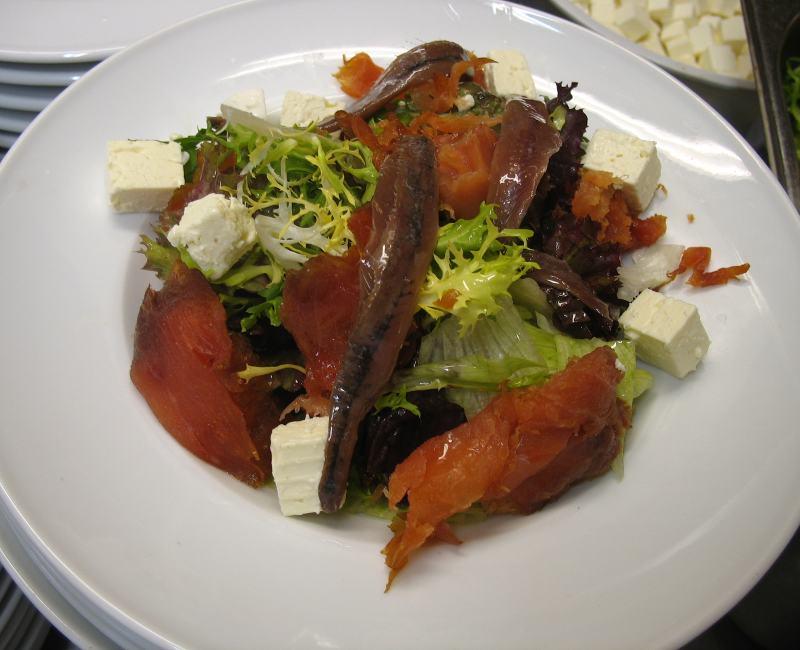 Ensalada de salmón ahumado, queso fresco de Burgos y anchoas del Cantábrico