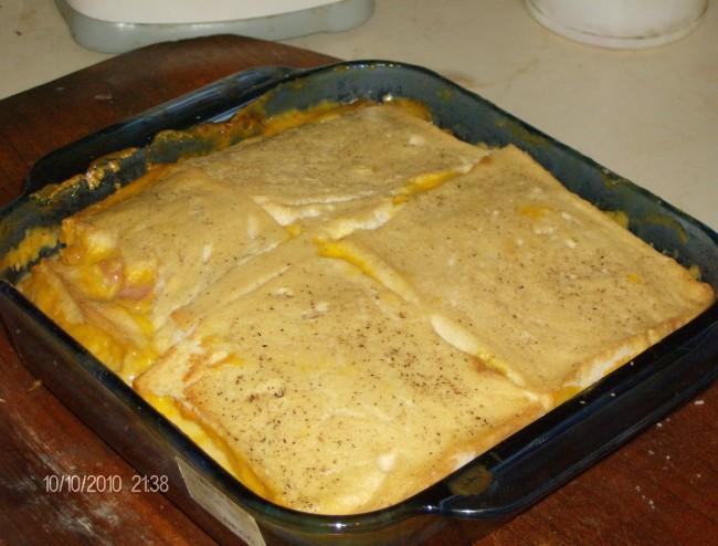 Pastel de pan relleno de jamón y queso