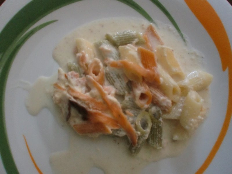 Macarrones con salsa de queso y salmón al horno